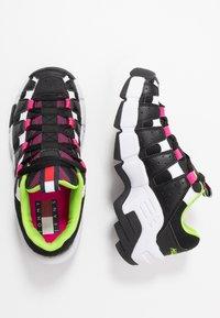 Tommy Jeans - JAWZ  - Sneakersy niskie - black/white/green gecko/pink glow - 3