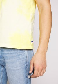 Russell Athletic Eagle R - ROCK - T-shirt con stampa - inca gold - 5