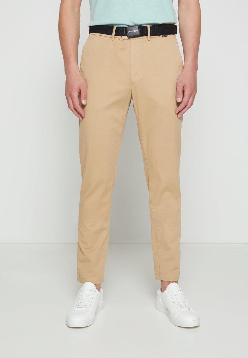 Calvin Klein - SLIM FIT GARMENT DYE BELT - Chinos - grey