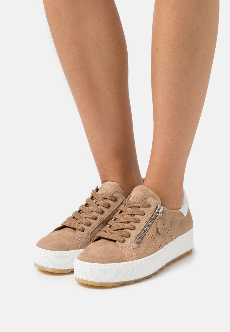 Gabor Comfort - Sneakers laag - sand/weiß