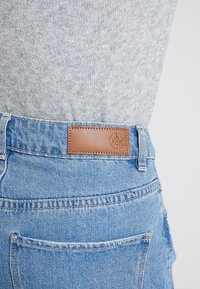 Vero Moda - VMNINETEEN LOOSE MIX NOOS - Jeans Short / cowboy shorts - light blue denim - 5