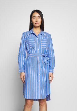 DRESS WITH BELT - Shirt dress - blue/white/orange