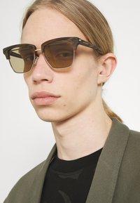 Alexander McQueen - UNISEX - Occhiali da sole - silver-coloured/brown - 1
