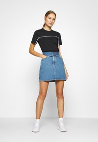 Calvin Klein Jeans - LOGO PIPING CROPPED TEE - T-shirts med print - black - 1