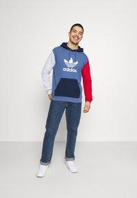 adidas Originals - BLOCKED UNISEX - Jersey con capucha - crew blue/halo/scarlet - 1