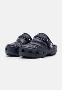 Crocs - CLASSIC NEO PUFF UNISEX - Rantasandaalit - navy - 1