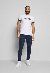 Ellesse - CALDWELO PANT - Teplákové kalhoty - navy - 1