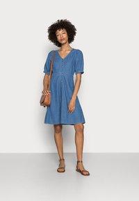 Anna Field - CHAMBREAY SHIRT DRESS - Robe en jean - light blue - 1