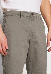 GAP - IN SOLID - Shorts - mesculen green - 3