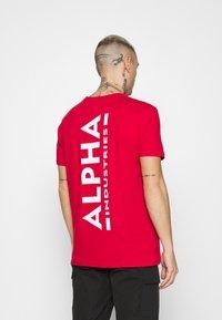 Alpha Industries - Print T-shirt - speed red - 2