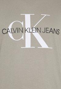Calvin Klein Jeans Plus - SEASONAL MONOGRAM TEE - Print T-shirt - elephant skin / white - 5
