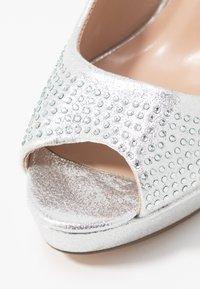 Dorothy Perkins - GIFTIE ALL OVER COURT SHOE - Høye hæler med åpen front - silver - 2