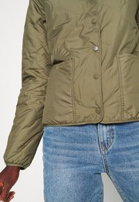 ONLY Tall - ONLJASMIN QUILTED JACKET - Lett jakke - green - 5