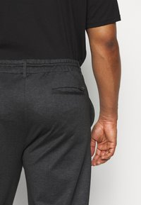INDICODE JEANS - EBERLEIN WITH ROLL UP CHECK - Trousers - cayman grey - 5
