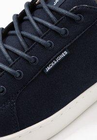 Jack & Jones - JFWTRENT - Sneakersy niskie - navy blazer - 5
