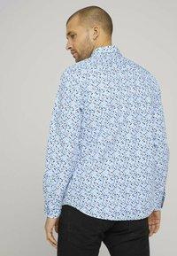 TOM TAILOR - Shirt - white base blue shades design - 2