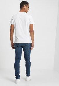 Calvin Klein Jeans - MONOGRAM POCKET SLIM TEE - T-shirt med print - white - 2