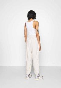 Monki - FANNY TROUSERS - Pantalones deportivos - beige - 2