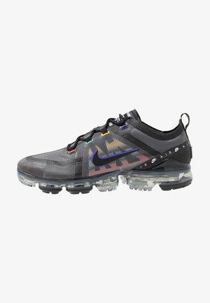AIR VAPORMAX 2019 SE - Sneakersy niskie - black/psychic purple/flash crimson/university gold/kinetic green