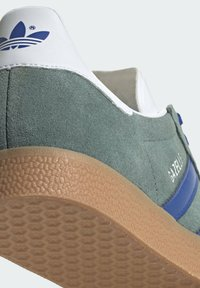 adidas Originals - GAZELLE UNISEX - Sneakers basse - hazy emeraldteam royal blue gum - 9
