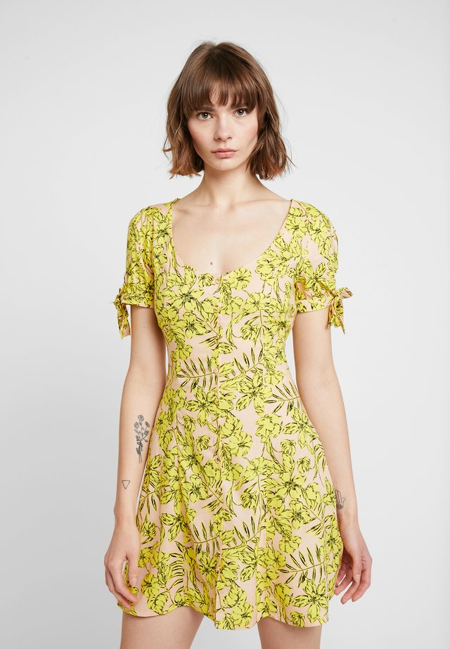 TROPICAL PRINT BUTTON THROUGH TIE SLEEVE TEA DRESS - Day dress - yellow