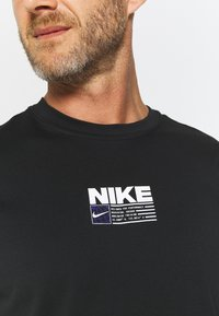 Nike Performance - DRY PACK - T-shirt con stampa - black - 4