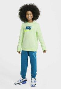 Nike Sportswear - CLUB CREW - Sudadera - light liquid lime - 1
