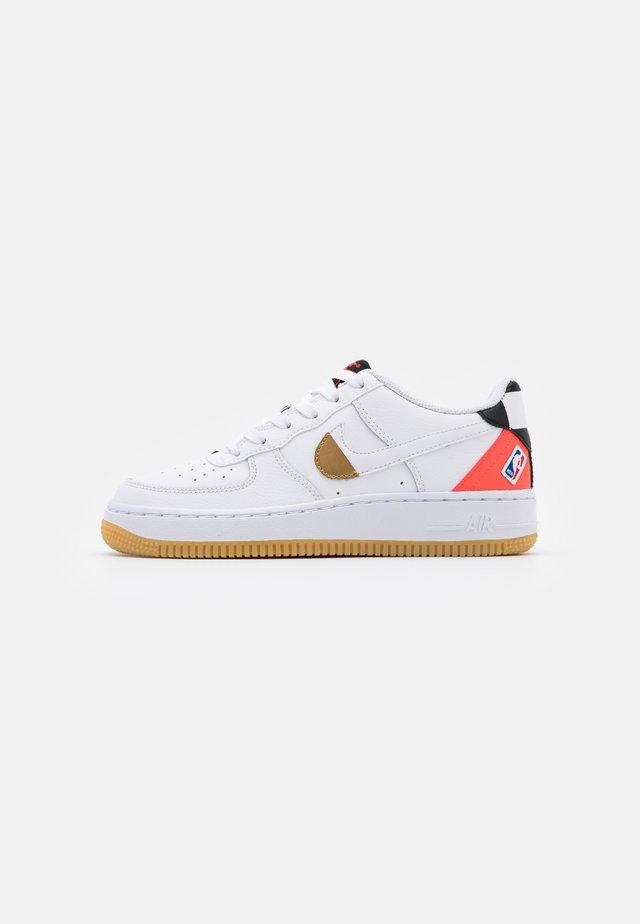AIR FORCE 1 - Sneakers - white/bright crimson/black