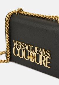 Versace Jeans Couture - SAFFIANO LOCK CROSSBODY - Torba na ramię - nero - 7