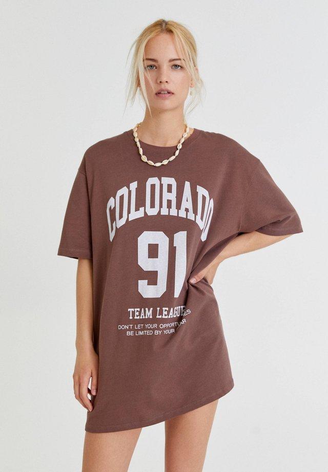 MIT FARBLICH ABGESETZTEM SLOGAN - T-shirt imprimé - mottled dark brown
