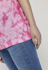 TOM TAILOR DENIM - T-SHIRT BATIK T-SHIRT - Print T-shirt - washed pink - 4