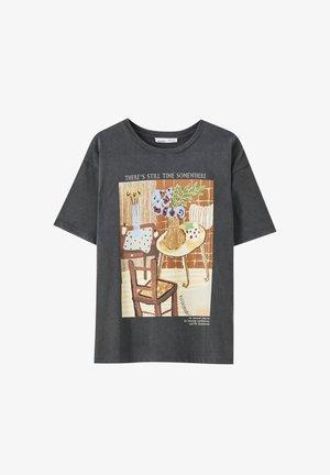 MIT ORANGEFARBENEM GEMÄLDE EINES ZIMMERS - T-shirt z nadrukiem - dark grey