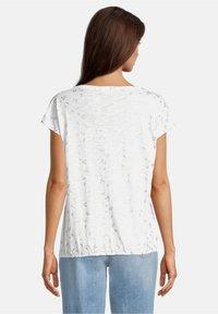 Betty & Co - Print T-shirt - weiß - 2