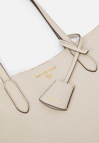 MICHAEL Michael Kors - SINCLAIR TOTE - Handbag - light sand - 5