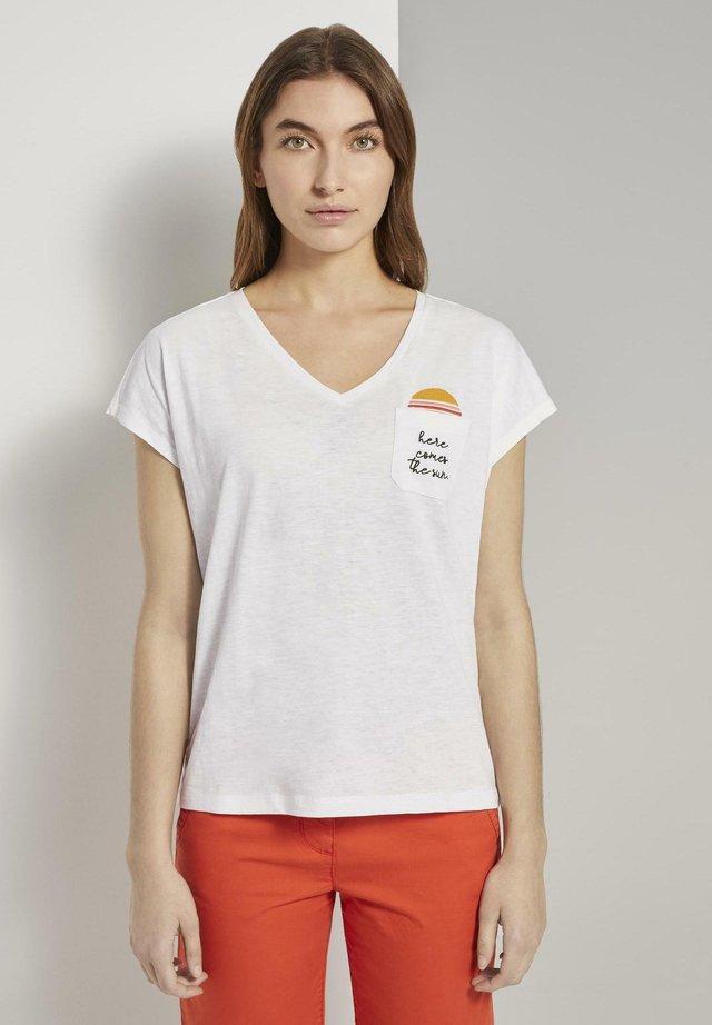 MIT BRUSTTASCHE UND KLEINEM PRINT - T-shirt print - whisper white