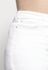 New Look Curves - CAMBODIA - Straight leg jeans - white - 4