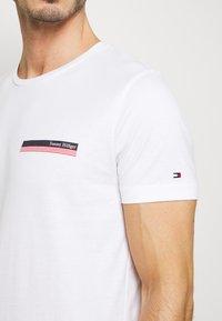 Tommy Hilfiger - COOL SMALL TEE - T-shirt z nadrukiem - white - 5