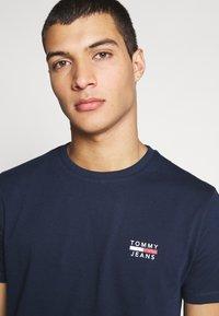 Tommy Jeans - CHEST LOGO TEE - Camiseta estampada - black iris - 3