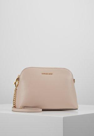 Taška spříčným popruhem - soft pink