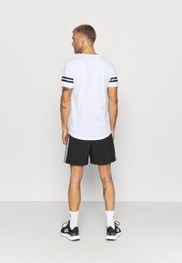 Jack & Jones Performance - JCOZDOUBLE STRIPE TEE 2 PACK - T-shirt med print - black/white - 2