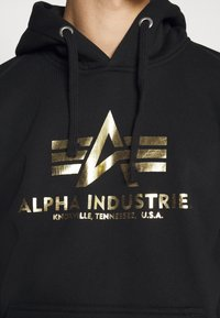 Alpha Industries - HOODY FOIL PRINT - Luvtröja - black / yellow gold - 5