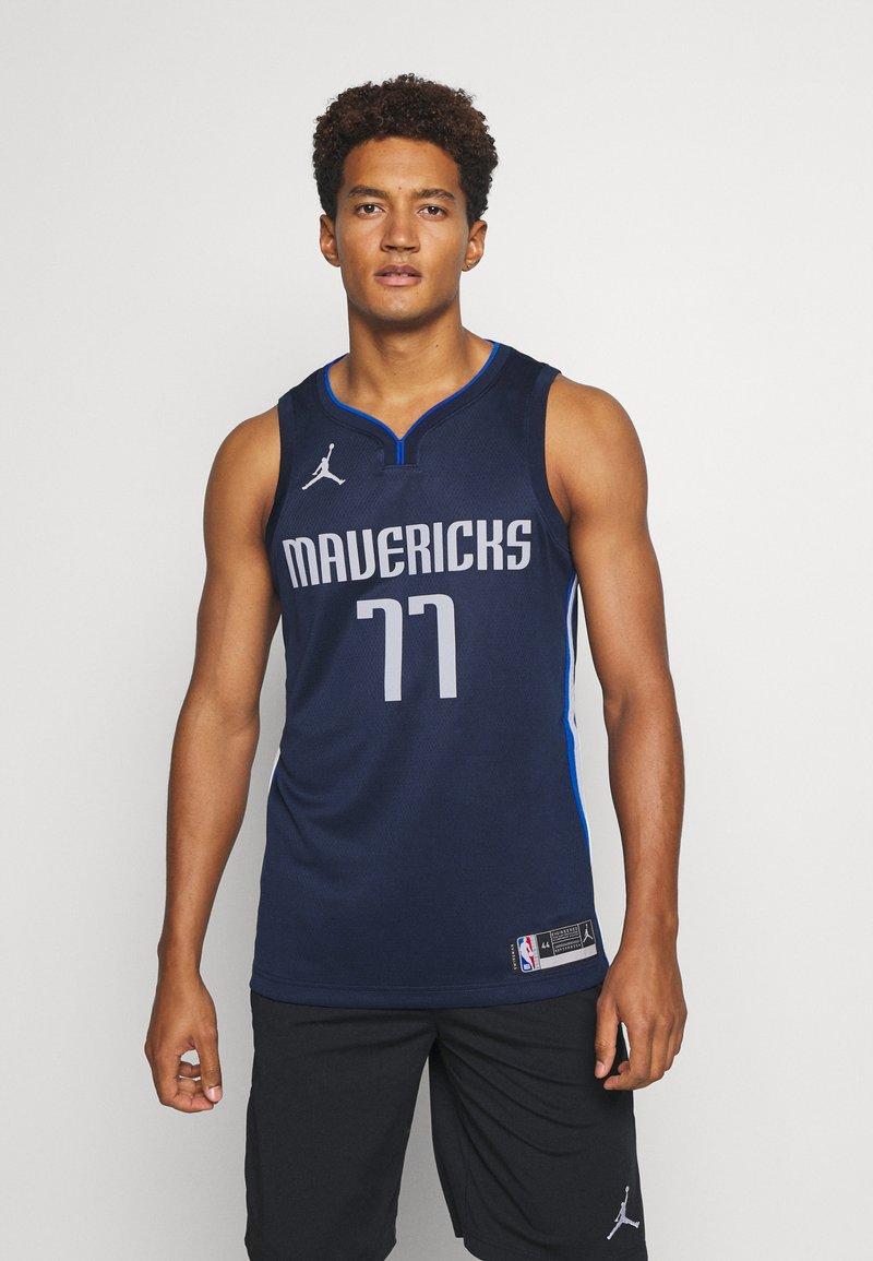 Nike Performance - NBA DALLAS MAVERICKS LUKA DONCIC SWINGMAN  - Article de supporter - college navy/game royal/white