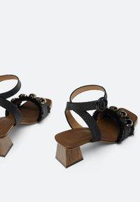 Uterqüe - RAPHIA-SANDALEN MIT SCHMUCKSTEINEN 15525580 - Ankle cuff sandals - black - 4