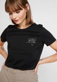 Vero Moda - VMAIDA OLLY BOX - T-shirt imprimé - black/heart front print - 3
