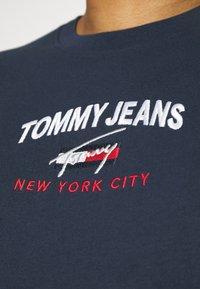 Tommy Jeans Plus - TIMELESS SCRIPT TEE - Print T-shirt - twilight navy - 3