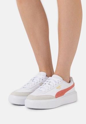 OSLO MAJA ARCHIVE - Zapatillas - white/elektro peach