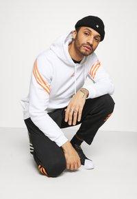 adidas Originals - SWAROVSKI HOODIE UNISEX - Hoodie - white/trace orange - 3
