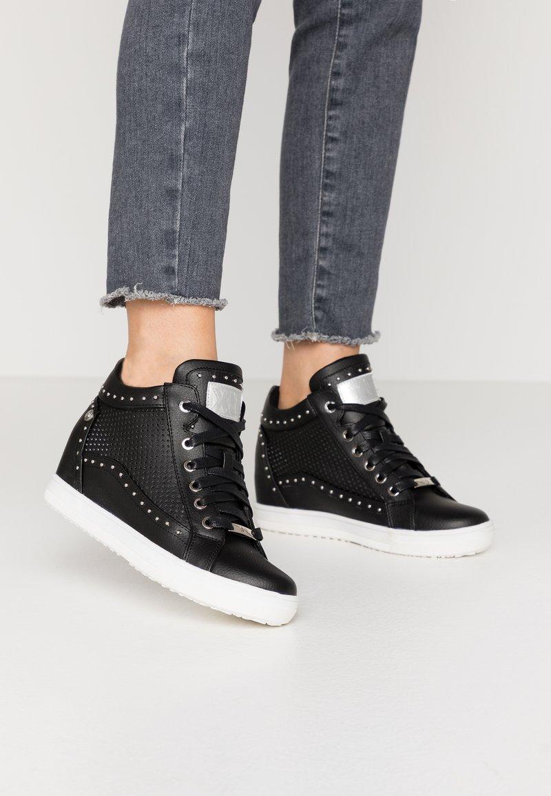 XTI - Sneakers hoog - black