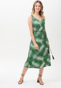 Sugarhill Brighton - DRESS FREDRIKA SHADY PALM - Day dress - green - 1
