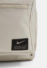 Nike Performance - UTILITY SPEED UNISEX - Tagesrucksack - light orewood brown/enigma stone - 5